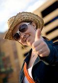 Turismo feminino com polegares para cima