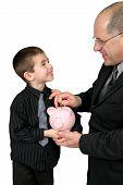 Hombre poniendo dinero en la hucha de niños