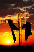 Cruz de madera en puesta de sol