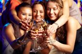 Grupo tiro de jóvenes celebrando su amigo '??boda inminente s, despedida de soltera