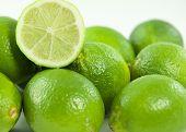 in Scheiben geschnitten grün Kalk