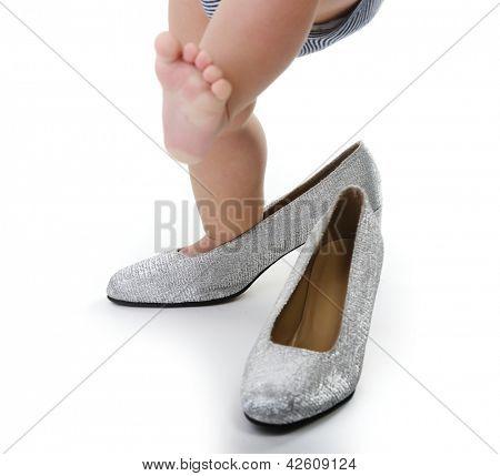Постер, плакат: Маленький ребенок играя ничуть мама Серебряный Обувь, холст на подрамнике