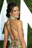 WEST HOLLYWOOD, CA - 24 de fevereiro: Alessandra Ambrósio na revista Vanity Fair Oscar festa Sunset Tower em F