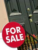 Imóveis para sinal de venda e a porta de casa