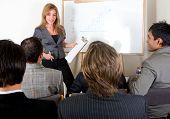 mulher de negócios, fazendo uma apresentação em um escritório