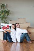 Joven pareja relajante después de comprar casa