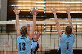 KAPOSVAR, Ungarn - SEPTEMBER 11: Zsanett Pinter (C) in Aktion bei der ungarischen NB I. Liga-volleyb