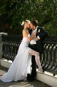 Pareja de recién casados besos