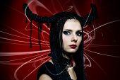 mulher em traje de carnaval. forma de bruxa com chifres.