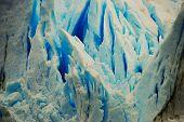 Fendas de gelo azul vívido no glaciar