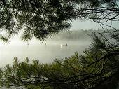 Canoagem no Lago na névoa da manhã