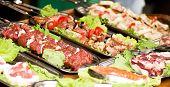 Kebab de weal apetitosos pinchos con tomates y pimientos verdes
