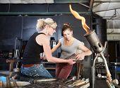 Trabajadores de limpieza de herramientas calientes