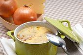 Sopa de cebolla con queso derretido y el pan en la parte superior