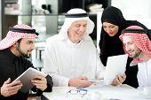 Empresarios árabes reunión interior con tableta electrónica
