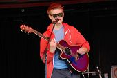 TENTERDEN, Inglaterra - el 30 de junio: Jake Allen, cantante y compositor británico, se realiza en el Tentertainment