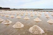 Salina, campo sal na Tailândia