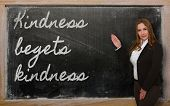 Profesor mostrando bondad engendra bondad en pizarra