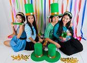 Asiatische Thai-Mädchen und jungen auf St.patrick's Day