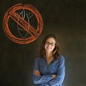 Nenhuma guerra pacifista mulher de negócios, estudante, professor ou político no fundo do quadro-negro