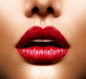 Sexy lippen. Schoonheid rode lippen make-up Detail. Mooie Make-up close-up. Sensuele Open mond. lippenstift of