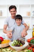 Постер, плакат: Портрет счастливого отца приготовления с сыном