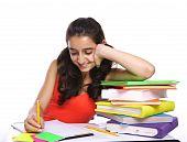 Junge Mädchen, die ihre Hausaufgaben