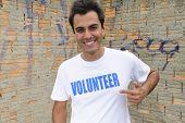 Retrato de un voluntario masculino feliz