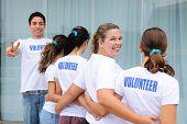 Zeile glücklich und diverse freiwillige Gruppe lächelnder
