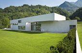 casa moderna al aire libre con jardín verde