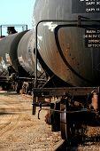 Trem petroleiro com graffiti