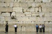 hombres rezando junto al muro de los lamentos, Jerusalén, israel