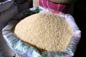arroz branco no saco no mercado