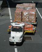 Flughafen Fahrzeug Fracht an Flugzeug auf Landebahn transportieren