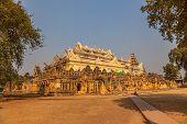 Het klooster van Maha Aungmye Bonzan