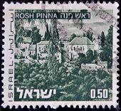 ISRAEL - CIRCA 1971: sello impreso en espectáculos de Israel Rosh Pinna circa 1971