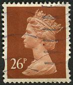 UK-CIRCA 1990: um selo imprimido no Reino Unido mostra imagem de Elizabeth II é o monarca constitucional de 16