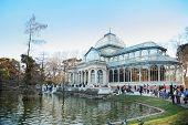 MADRID - 11 de marzo: Paseo de los turistas junto a la charca y el pabellón de cristal en el parque del Retiro, el 11 de marzo de 2012 en Ma
