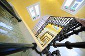 MADRID - 8 de março: Quadrado spiral staircase no Hotel senador Gran Via, em 8 de março de 2012, em Madri, magníficos