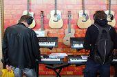 Moscú - SEP 22: Gente tocando los teclados con auriculares en exposición XVIII Internacional de M
