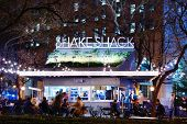 NEW YORK CITY - 15 de abril: Clientes cenar en Shake Shack en Madison Square Park 15 de abril de 2013 en Nueva