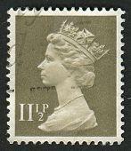 UK-CIRCA 1981: um selo imprimido no Reino Unido mostra imagem de Elizabeth II é o monarca constitucional de 16
