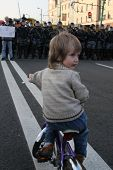 the Unknown boy on the bike before the formation of the police, on shares of Russian opposition