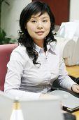 Porträt einer jungen und positive geschäftsfrau in einer Büroumgebung