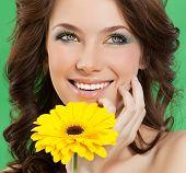 Постер, плакат: привлекательные улыбаясь женский портрет на зеленом фоне