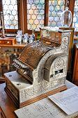 Vintage caixa registradora em uma antiga farmácia