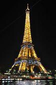 巴黎-4 月 4: 晚上在 2010 年 4 月 4 日在巴黎的埃菲尔铁塔。埃菲尔铁塔是最次访问
