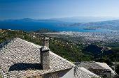 primer plano en el techo de piedra tradicional de Makrinitsa en segundo plano de la ciudad de Volos en Golfo de Pagassitik