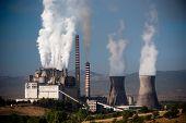 Chaminé de vapor e resfriamento torre com poluição na megalópole, Grécia
