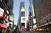 NEW YORK CITY - 5 de septiembre: Edificios de oficinas y LED vallas son la marca registrada de Times Square
